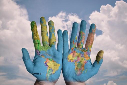 手に描かれた世界