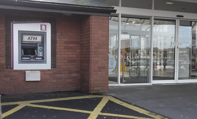 銀行の入り口